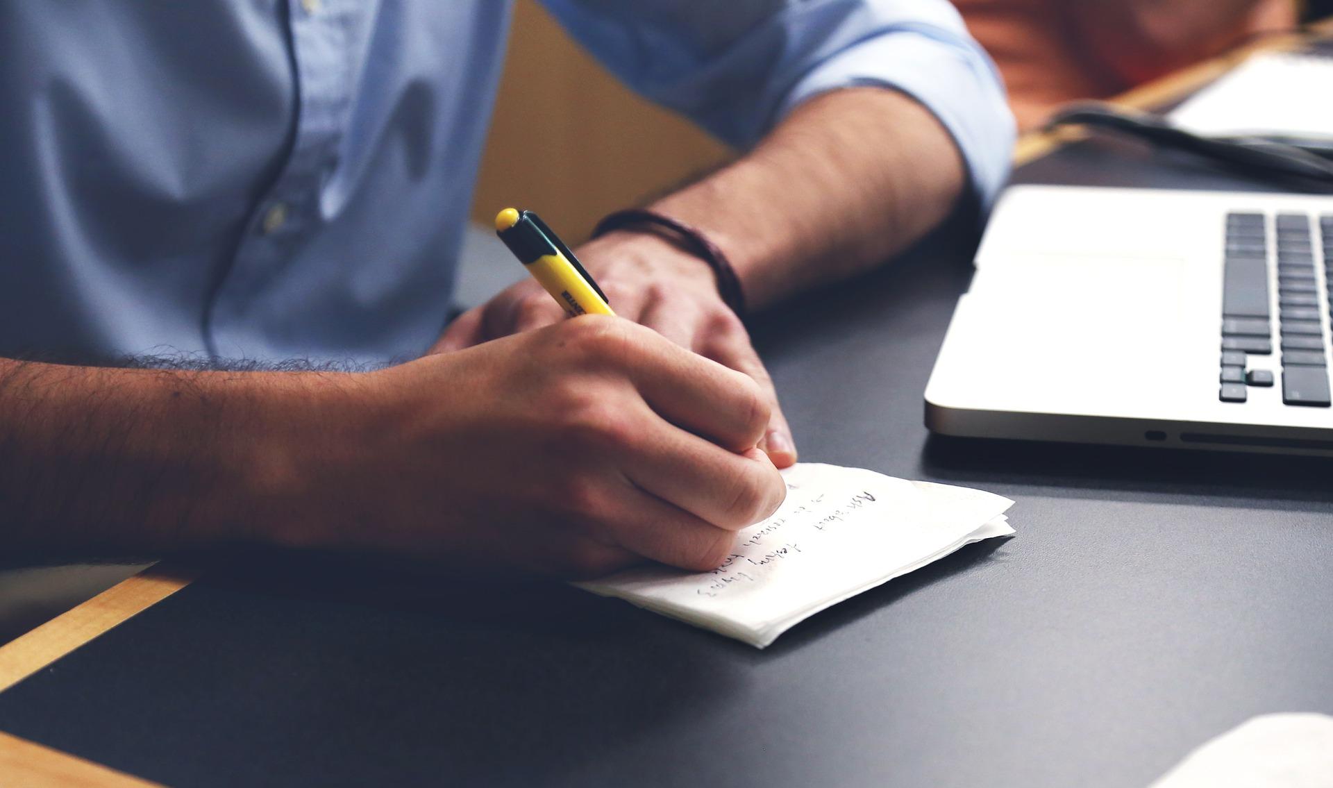 persona escribiendo unos consejos para startup